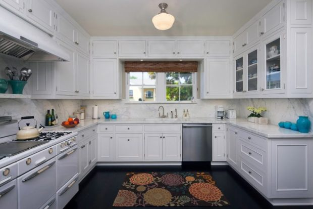 kitchen-traditional-with-dark-floor-glass-front-cabinets-kitchen-rug-schoolhouse-sconce-stainless-steel-appliances-750x500